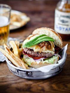 Yummy burger & french fries Styling : Coralie Ferreira Photography : Virginie Garnier Cantine California / Hachette