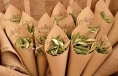 Bye bye arroz!! Hola hojitas de olivo!! Boda de Laura y Jose. Cucuruchos de papel craft + sello de los novios.