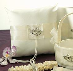 Ringkussen Double Hearts gemaakt van wit satijn, versierd met zilverkleurige hartjes voor je bruiloft of trouwen. Ringkussen Double Hearts gemaakt van wit satijn, versierd met zilverkleurige hartjes voor je bruiloft of trouwen.