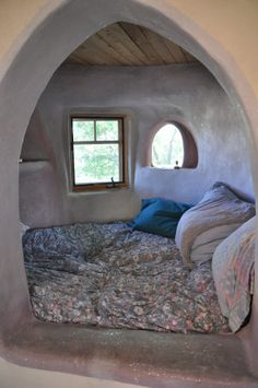Sleeping nook in an adobe dome house, add a curtain and electric to nooks to put nightlights and bookshelf nook Mais Cob Building, Building A House, Green Building, Earth Bag Homes, Sleeping Nook, Earthship Home, Mud House, Adobe House, Natural Homes