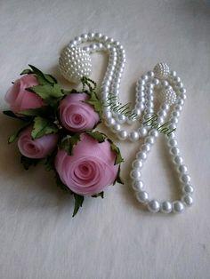 Satin edged netting ribbon folded on itself Diy Ribbon Flowers, Organza Flowers, Ribbon Art, Fabric Ribbon, Beaded Flowers, Fabric Flowers, Creative Crafts, Diy And Crafts, Silk Ribbon Embroidery