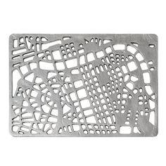 Zerbino in ghisa, resistente e decorativo allo stesso tempo grazie al disegno con mappa cittadina stilizzata.