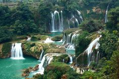 Ban Gioc falls on Quy Xuan River located in Cao Bang Province, near Sino-Vietnamese border.separated into three by rocks/trees. Thundering effect of water heard mi away from Trung Khanh.  Quay Son River rises from China flowing to country in Po Peo (Ngoc Khe Commune)including Dinh Phong& Chi Vien.Reaching Dam Thuy Commune of Trung Khanh District, river circles around Co Muong mountain & flows thru rice fields of Dam Thuy towards lg maize plain Ban Gioc village.Flow divides  over cliffs