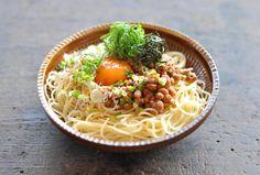 いちばん丁寧な和食レシピサイト、白ごはん.comの『和風納豆パスタの作り方』のレシピページです。納豆に、卵の黄身とたっぷりの薬味を合わせて和風納豆パスタを作ります。簡単なのに間違いなく美味しいレシピですので、ぜひ一度お試しください。詳しい写真付きで紹介しています。