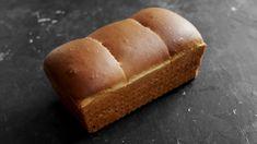 Na toustový chléb nás přivedly peřinkové asijské tousťáky. Extra nadýchané, extra vatičkové. My ho trochu přizpůsobili našim chutím, kdy chutná víc kbriošce, přidali mírně na množství tuku a využili finty jednorázového kynutí – i strukturu se pos... Banana Bread, Toast