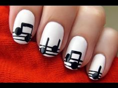 uñas pintadas con pentagramas y notas musicales