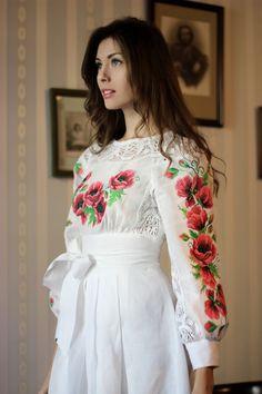 Біла вишита лляна сукня в підлогу з вишитими маками від українського бренду 'Синій Льон'
