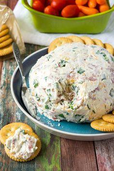 「サラミクリームチーズボール」 (※分量は10~12人分です。人数に合わせて調整してください。) 【材料】 クリームチーズ 230g 刻んだ玉ねぎ 1個分 サラミ 120g マヨネーズ 大さじ3 細切りチェダーチーズ 1カップ 塩 小さじ1/4 黒コショウ 小さじ1/8 【手順】 ミキサーにすべての材料を入れて均一に混ぜます。 ボール状に成形し20~30分間冷やします。 クラッカーやカット野菜を添えて完成です!