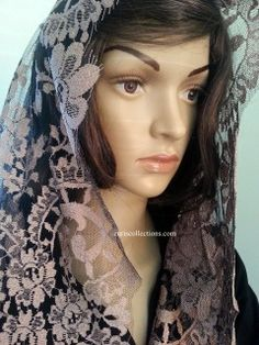Model: Medallion/ Medallón  Material: Leavers Color: Vision with Black mesh  FN  Size: 115 x 60 cm  Made in: Spain/España  TOP quality Volart Leavers veil. It will frame your face, head and shoulders beautifully with its soft and light texture.  Velo de alta calidad Marca Volart Leavers de encaje Espanol. Este velo se conforma a su cuerpo y es muy suave y con efecto de poco peso.