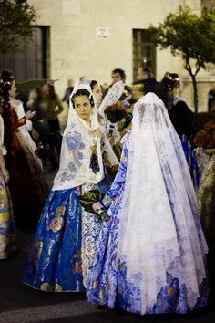Ofrenda de flores a la Virgen de los Desamparados en las Fallas de Valencia