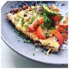 [ mad på sengen ]  Hr. Kæreste kom ind og vækkede mig med æg/bacon/porre kage. Lige hvad jeg ville have ❤️ ________________________________________________________  #foodoninstagram #healthyeating #glutenfri #laktosefri #bacon #ILOVEBACON ❤️ #sundmad #madpåsengen #spissundt