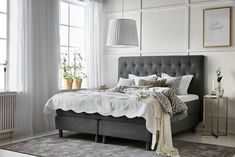Nightstands, beds, side tables, cabinets or armchairs are some of the luxury bedroom furniture tips that you can find. Every detail matters when we are decorating our master bedroom, right? Luxury Bedroom Furniture, Dining Furniture, Home Bedroom, Interior Design Living Room, Bedroom Decor, Master Bedroom, Suites, Contemporary Bedroom, Luxurious Bedrooms