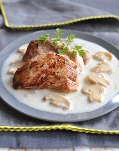 Peler, épépiner et râper la pomme.   Dans une cocotte, faire fondre 25 g de beurre, y saisir le filet mignon de veau sur toutes les faces. Le retirer.   Dans cette même cocotte, déposer la pomme râpée, faire revenir 2 minutes et replacer la viande. Déglacer au vin blanc et verser le fond de veau. Assaisonner.   Laisser cuire à frémissement 30 à 35 minutes. Ajouter la crème. Retirer la viande, porter le liquide de cuisson à ébullition jusqu'à ce que la sauce épaississe. Y faire .....