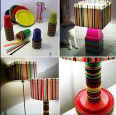 Lámpara hecha con popotes, vasos y platos desechables