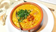 Locro: national dish traditionally served on May 25 to mark Argentina's May revolution. The hearty stew is made from white corn, beef or pork, tripe and red chorizo, as well as other vegetables. National Dish, Sin Gluten, Soups And Stews, Cheeseburger Chowder, Curry, Favorite Recipes, Dishes, Vegetables, Eat