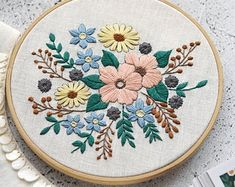 Diy Easy Embroidery, Floral Embroidery Patterns, Embroidery Flowers Pattern, Modern Embroidery, Embroidery Hoop Art, Hand Embroidery Designs, Beginner Embroidery, Hungarian Embroidery, Japanese Embroidery