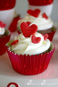 Valentine's day - heart cupcakes - make hearts with Queen Ready-to-Roll red icing Valentine Day Cupcakes, Heart Cupcakes, Love Cupcakes, Valentines Day Treats, Yummy Cupcakes, Velvet Cupcakes, Mini Cakes, Cupcake Cakes, Menu Saint Valentin