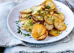 Poteter er alltid et naturlig tilbehør, men pannestekte poteter er så godt at de nesten er en liten rett i seg selv. En garantert favoritt til både store og små! Potato Salad, Meal Planning, Protein, Potatoes, Vegetables, Ethnic Recipes, Food, Drinks, Immune System
