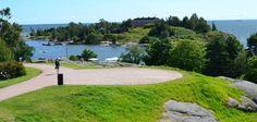 Парк Кайвопуйсто Самый старый и, пожалуй, самый живописный парк Хельсинки — парк Кайвопуйсто (Kaivopuisto) в южной части города. Кайвопуйсто раскинулся на берегу моря среди скал. В 1826 году на одной из них построили обсерваторию Урса, которая и сегодня открыта для посещения. А через несколько лет в парке обнаружили источник минеральной воды и построили водолечебницу «Кайвохуоне» (Kaivohuone). Сейчас от всего комплекса сохранилось несколько жилых домов и одно здание возле главной аллеи — в…