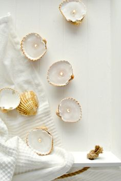 DIY: Crafts with shells – 43 inspirational ideas for creative minds Shell Art DIY: Basteln mit Musch Shell Candles, Diy Candles, Crafts For Teens, Diy And Crafts, Kids Crafts, Diy Jewelry For Mom, Diy Candle Holders, Personalized Candles, Creation Deco