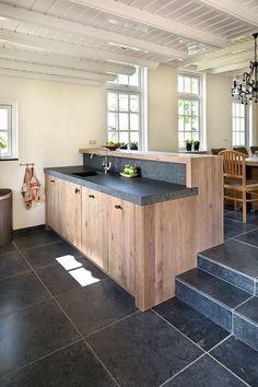 VRI interieur landelijke keuken modern eiken met houten laden en composiet stenen spoelbak: