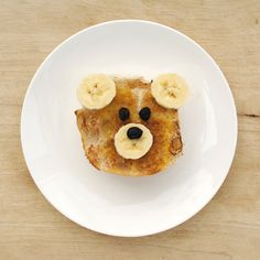 Every morning should start with teddybear toast.    All you need to make this sweet breakfast is toast, banana, raisins, butter/margarine, cinnamon and sugar*