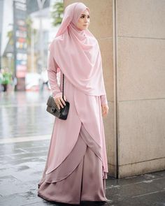 Ladies, this is how you wear a hijab. You draw it over your bosom. Moslem Fashion, Niqab Fashion, Modest Fashion, Girl Fashion, Fashion Dresses, Hijab Gown, Hijab Outfit, Hijab Style, Hijab Chic
