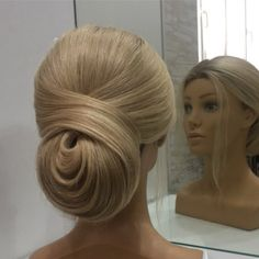 Chignon inspired bun with loose hairs in the front Face Shape Hairstyles, Up Hairstyles, Straight Hairstyles, Wedding Hairstyles, Hairstyle Men, Formal Hairstyles, Hair Up Styles, Medium Hair Styles, Wedding Hair And Makeup