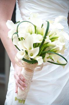 Elegant cala lily bouquet with babys breath would be really pretty! #bouquet #babysbreath #wedding @Mandy Bryant Bryant Dewey Seasons Bridal