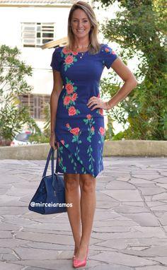 Look de trabalho - look do dia - look corporativo - moda no trabalho - work outfit - office outfit -  spring outfit - look executiva - look de primavera - look de meia estação - vestido estampado - tubinho - azul - rosas - navy - blue