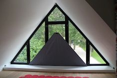 SunSquare® binnen toegepast als maatwerk raamverduistering Triangle Window, Restaurant Specials, Curtain Call, Curtains With Blinds, Window Coverings, Decoration, Home Projects, Outdoor Gear, Gazebo