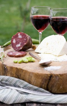 A classic Tuscan antipasto, salami, pecorino cheese, salt to match the fresh fava beans... Finally, a good glass of red wine.