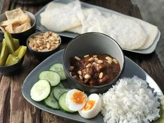 bami ketjap met gehakt en roerei - Familie over de kook Indonesian Food, Barbecue, Acai Bowl, Grains, Food And Drink, Menu, Rice, Breakfast, Jamaica