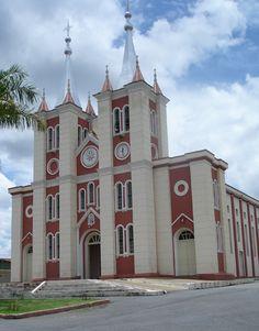 Igreja Matriz do Sagrado Coração, em Cordisburgo, estado de Minas Gerais, Brasil. Fotografia: Fábio Calvetti / UOL.