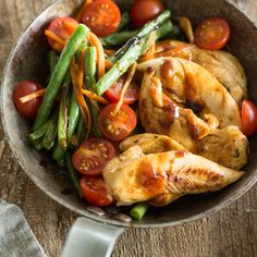 Knackige Bohnen, saftige Tomaten, zarte Hähnchenbrust. Und das alles aus nur einer Pfanne. Ein herrlich einfaches Feierabend-Rezept.