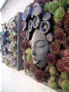 keramický kvetináč určený na uchytenie na stenu, rastliny sa sadia do machu upevneného pletivom, ideálne sú suchomilné skalničky ako Sempervivum a Sedum, tieto skalničky si totiž vystačia s dažďom ...