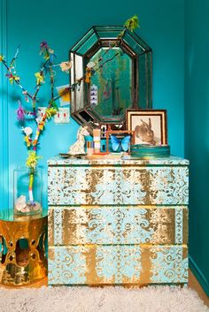 ⋴⍕ Boho Decor Bliss ⍕⋼ bright gypsy color & hippie bohemian mixed pattern home decorating ideas - aqua walls- love the deco paint of the dresser Paredes Color Aqua, Deco Turquoise, Turquoise Room, Turquoise Dresser, Turquoise Cottage, Cool Girl Rooms, Creative Decor, Aqua Walls, Bright Walls