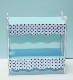 jolie idée pour rendre une étagère de poupée plus élégante avec une découpe papier cartonné
