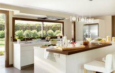Un cambio en la distribución y en los materiales dio lugar a una cocina más completa y luminosa..