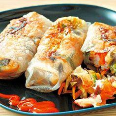 Receptbázis - Csirkés tavaszi tekercs Hungarian Recipes, Hungarian Food, Wok, Fresh Rolls, Meat Recipes, Poultry, Sushi, Good Food, Paleo