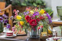 Para florir nosso chá, frésias, tulipas, hortênsias, orquídeas aracnídea e renantheras foram dispostos por Marcinho Leme, da Milplantas, em vaso em cristal da Cecilia Dale.