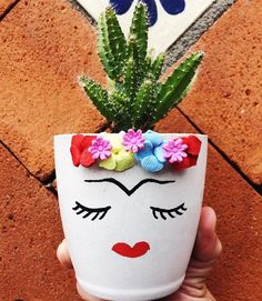25 creative DIY ideas with beautiful pots to welcome Spring Clay Pot Crafts, Diy And Crafts, Arts And Crafts, Painted Flower Pots, Painted Pots, Diy Garden Decor, Garden Art, Pot Jardin, Plastic Bottle Crafts