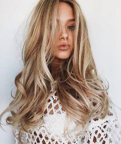 Natural Looking Honey Blonde Balayage Hair Messy Hairstyles, Pretty Hairstyles, Blowout Hairstyles, Blowout Haircut, Haircut Style, Corte Y Color, Great Hair, Hair Dos, Balayage Hair