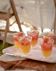Wij beginnen de avond met een welkomstdrankje in de kleuren van de zonsondergang. Watermelon sundowner Voor 6 glazen -circa ½ watermeloen -125 milliliter citroenlimonade -siroop -200 milliliter gin -sinaasappelsap -ijsblokjes