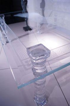 MODERNÍ SKLENĚNÝ STOLEK TB-01   SZKLO-LUX Jaroslaw Fronczak    Processing and wholesale of glass - Deska je vyrobena z bezpečnostního skla VSG 8.8.2 Diamant (optiwhite), síla 16 mm, fazetované hrany, ve skle je umístěná rytina znázorňující řeckou bohyni. Nohy jsou vyrobeny z křišťálového skla.