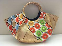 Etsy のCute Japanese kimono obi Granny Bag, vintage silk fabric wood circle handle, Gold, Handmade(ショップ名:MayuCraft) Handmade Clutch, Handmade Bags, Japanese Fabric, Japanese Kimono, Kimono Fabric, Silk Fabric, Japan Bag, Frame Purse, Fabric Purses