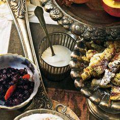 Für alle Fans der Alpenküche ist dieses Desserts die Krönung eines jeden Weihnachtsmenüs: ein wahrhaft kaiserlicher Mohnschmarrn, serviert mit Heidelbeerkompott mit Orange.Zum Rezept: Mohnschmarrn mit Heidelbeerkompott