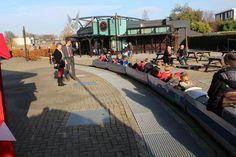 De Jumbo-express, alleen voor kinderen, dus ouders mogen zwaaien