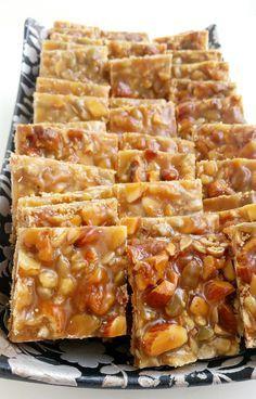 Små kolagodis är oemotståndligt goda. En blandning mellan godis och spröda kakor. Det är en mördeg som täcks med en knäckig kolasmet full med nötter.