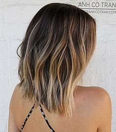 4 Choppy Bob with Blonde Highlights Haircuts for fine thin hair are super simple but they work when done right. When styling your choppy cut the best trick is teasing your tresses starting at the roots. Use a finetooth comb for the best results. Then shake your bob a bit with your fingers. Once youve Haircuts For Thin Fine Hair, Long Bob Haircuts, Thin Hair, Bob Haircut Back View, Medium Hair Styles, Curly Hair Styles, Choppy Cut, Light Hair, Blonde Highlights